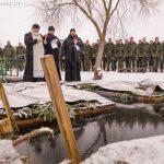 В праздник Богоявления в Марьиной Горке горожане и военнослужащие окунулись в освященной иордани